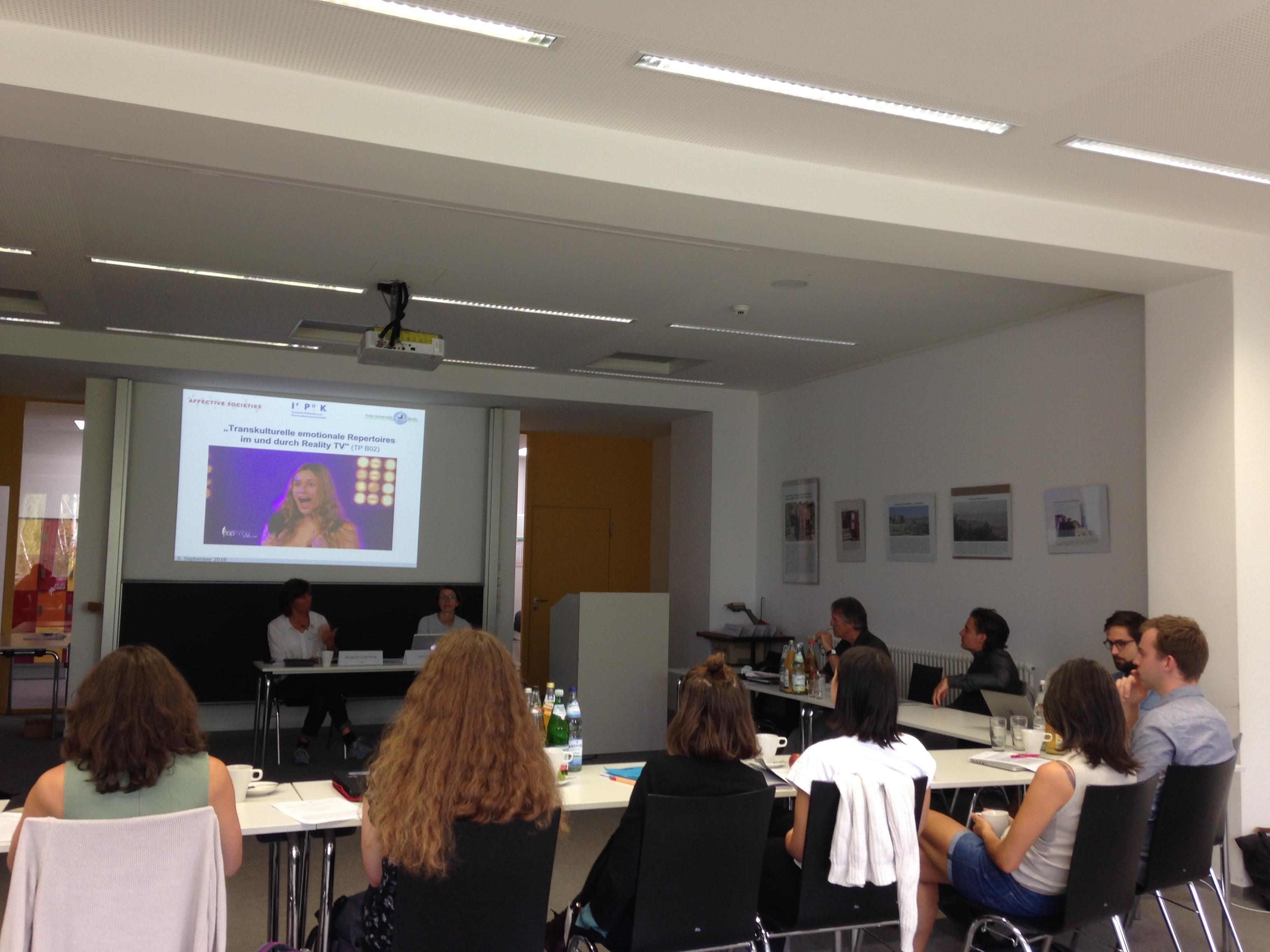 Teilnehmer_innen während des Vortrags von Margreth Lünenborg und Laura Sūna. Bildquelle: Débora Medeiros