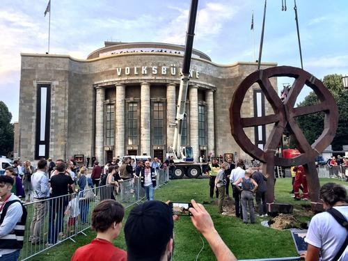 Trying to take down the 'Räuberrad' in front of Volksbühne Berlin